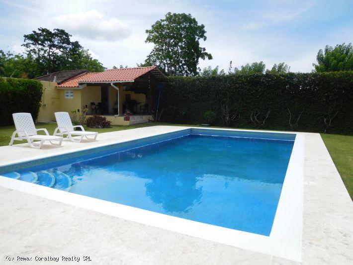 Grande villa avec un magnifique aménagement paysager ...