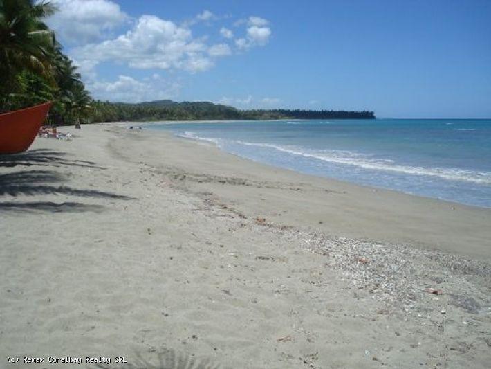 Blick auf den Strand der tropischen Einstellung Eigenschaft .....